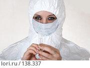 Купить «Девушка в маске держит шприц», фото № 138337, снято 8 декабря 2006 г. (c) Serg Zastavkin / Фотобанк Лори