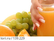 Купить «Женская рука с маникюром и фрукты», фото № 139229, снято 28 августа 2007 г. (c) Александр Паррус / Фотобанк Лори