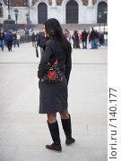 Купить «Девушка в черном позирует перед фотографом на Патриаршем мосту», эксклюзивное фото № 140177, снято 31 марта 2007 г. (c) Ирина Мойсеева / Фотобанк Лори