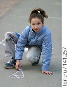 Купить «Девочка рисует на асфальте», фото № 141257, снято 4 мая 2006 г. (c) Морозова Татьяна / Фотобанк Лори