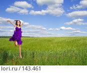 Купить «Красивая девушка, бегущая на фоне поля», фото № 143461, снято 21 июня 2007 г. (c) Майя Крученкова / Фотобанк Лори