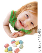 Купить «Девочка с конфетами», фото № 143485, снято 23 ноября 2007 г. (c) Майя Крученкова / Фотобанк Лори