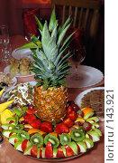 Купить «Ананас на праздничном столе», фото № 143921, снято 8 декабря 2007 г. (c) Игорь Муртазин / Фотобанк Лори