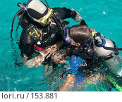Купить «Инструктор обучает юного аквалангиста», фото № 153881, снято 21 сентября 2006 г. (c) Мельников Дмитрий / Фотобанк Лори