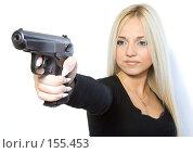 Купить «Девушка и пистолет», фото № 155453, снято 4 ноября 2007 г. (c) Евгений Батраков / Фотобанк Лори