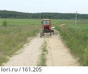 Русский трактор на русской дороге. Стоковое фото, фотограф Андреева Анастасия / Фотобанк Лори