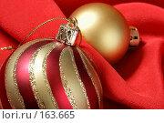 Купить «Рождественские шары на красном фоне», фото № 163665, снято 18 сентября 2018 г. (c) Роман Сигаев / Фотобанк Лори