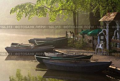 Купить «Прибрежное кафе туманным утром», фото № 166313, снято 27 апреля 2007 г. (c) Михаил Лавренов / Фотобанк Лори