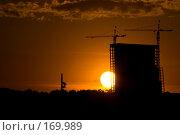 """Купить «Строительство """"Дома на Мосфильмовской"""" на фоне заходящего солнца», фото № 169989, снято 11 июня 2007 г. (c) Петухов Геннадий / Фотобанк Лори"""