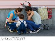 Купить «Проверка чеков после покупок», фото № 172881, снято 29 сентября 2007 г. (c) Юрий Синицын / Фотобанк Лори
