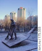 Купить «Памятник дворнику на фоне элитного жилого комплекса в Москве», фото № 175333, снято 4 января 2008 г. (c) Чертопруд Сергей / Фотобанк Лори