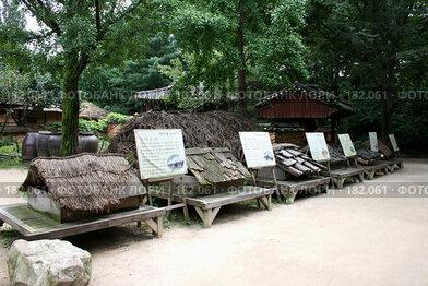 Купить «Экспозиция: Виды крыш корейской деревни», эксклюзивное фото № 182061, снято 4 сентября 2007 г. (c) Журавлев Андрей / Фотобанк Лори