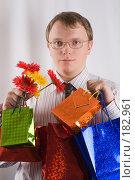 Мужчина с цветами и подарками. Стоковое фото, фотограф Алексей Судариков / Фотобанк Лори