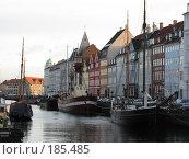 Копенгаген. В тени домов по берегам реки пришвартованы парусники. (2007 год). Редакционное фото, фотограф Георгий Ильин / Фотобанк Лори