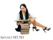 Купить «Девушка-студентка читает книгу», фото № 187761, снято 26 января 2008 г. (c) Анатолий Типляшин / Фотобанк Лори