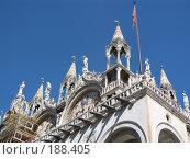 Купить «Архитектура Венеции, вид снизу: скульптуры на крыше дворца, туристы на балконах», фото № 188405, снято 23 сентября 2007 г. (c) Георгий Ильин / Фотобанк Лори