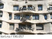 Купить «Фрагмент фасада дома Мила  работы Гауди в Барселоне», фото № 190057, снято 20 сентября 2005 г. (c) Солодовникова Елена / Фотобанк Лори