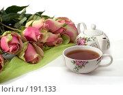 Купить «Букет роз, чашка с чаем и чайник для заваривания на белом фоне», фото № 191133, снято 27 января 2008 г. (c) Татьяна Белова / Фотобанк Лори