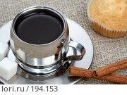 Купить «Чашка черного кофе, кекс и палочки корицы на фоне рогожи», фото № 194153, снято 18 ноября 2007 г. (c) Александр Паррус / Фотобанк Лори