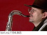Купить «Мужчина с саксофоном на красном фоне», фото № 194865, снято 20 января 2019 г. (c) Harry / Фотобанк Лори