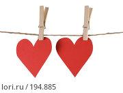Купить «Два красных сердечка, висящих на бельевой веревке с прищепками», фото № 194885, снято 9 января 2008 г. (c) Harry / Фотобанк Лори