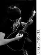 Купить «Гитарист с чёрной гитарой на чёрном фоне», фото № 195513, снято 30 января 2008 г. (c) Федор Королевский / Фотобанк Лори