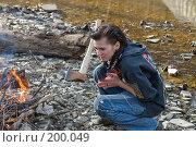 Купить «Девушка у походного костра на берегу речки», фото № 200049, снято 6 февраля 2008 г. (c) Федор Королевский / Фотобанк Лори