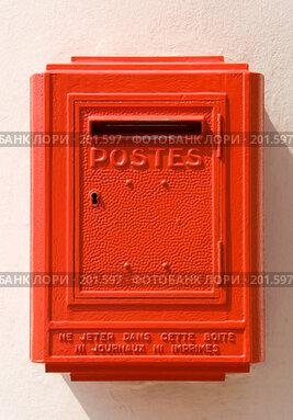Купить «Красный почтовый ящик во Франции», фото № 201597, снято 6 августа 2007 г. (c) chaoss / Фотобанк Лори