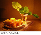 Натюрморт фрукты и листочки комнатных цветов. Стоковое фото, фотограф lana1501 / Фотобанк Лори