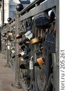 Замки молодоженов на ограде. Стоковое фото, фотограф Карасева Екатерина Олеговна / Фотобанк Лори