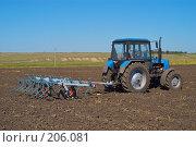 Купить «Трактор с культиватором на вспаханном поле», фото № 206081, снято 7 сентября 2004 г. (c) Иван Сазыкин / Фотобанк Лори
