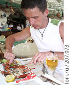 Купить «Юноша, разделывающий лангуста», фото № 207073, снято 27 марта 2007 г. (c) Алёна Фомина / Фотобанк Лори