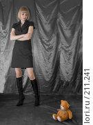 Купить «Девушка смотрит на игрушечного медведя», фото № 211241, снято 25 февраля 2008 г. (c) Арестов Андрей Павлович / Фотобанк Лори