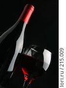 Купить «Натюрморт с винной бутылкой и бокалом», фото № 215009, снято 24 ноября 2017 г. (c) Роман Сигаев / Фотобанк Лори