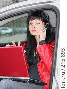 Купить «Женщина работает, сидя в машине», фото № 215893, снято 28 октября 2007 г. (c) Наталья Белотелова / Фотобанк Лори