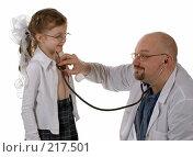 Купить «Доктор слушает сердцебиение маленькой пациентки», фото № 217501, снято 1 марта 2008 г. (c) Татьяна Белова / Фотобанк Лори