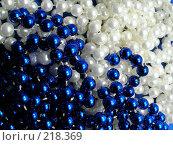 Купить «Синие и белые бусы», фото № 218369, снято 21 февраля 2018 г. (c) ElenArt / Фотобанк Лори