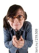 Купить «Эксцентричная девушка с пистолетом», фото № 219509, снято 1 марта 2008 г. (c) Сергей Лаврентьев / Фотобанк Лори