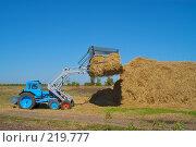 Купить «Стогоукладчик за работой», фото № 219777, снято 7 сентября 2004 г. (c) Иван Сазыкин / Фотобанк Лори