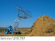 Купить «Стогоукладчик за работой», фото № 219797, снято 7 сентября 2004 г. (c) Иван Сазыкин / Фотобанк Лори