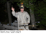 Купить «Актер в костюме пожарного с горящей шляпой. Огненное шоу», эксклюзивное фото № 221621, снято 24 июня 2007 г. (c) Ирина Мойсеева / Фотобанк Лори