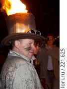 Купить «Актер в костюме пожарного с горящей шляпой. Огненное шоу», эксклюзивное фото № 221625, снято 24 июня 2007 г. (c) Ирина Мойсеева / Фотобанк Лори