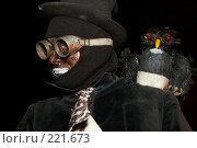 Купить «Актер  в костюме трубочиста  с совой на плече», эксклюзивное фото № 221673, снято 24 июня 2007 г. (c) Ирина Мойсеева / Фотобанк Лори