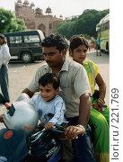 Купить «Индийская семья», эксклюзивное фото № 221769, снято 19 сентября 2018 г. (c) Free Wind / Фотобанк Лори