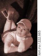 Купить «Девушка в белой кепке лежит на полу. Сепия», фото № 222665, снято 25 февраля 2008 г. (c) Арестов Андрей Павлович / Фотобанк Лори
