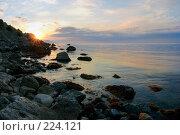 Купить «Рассвет на скалистом морском берегу», фото № 224121, снято 17 августа 2018 г. (c) Олег Титов / Фотобанк Лори