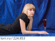 Купить «Блондинка с бокалом вина», фото № 224853, снято 25 февраля 2008 г. (c) Арестов Андрей Павлович / Фотобанк Лори