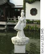 Купить «Статуя девушки - китаянки посреди воды», фото № 225045, снято 23 октября 2018 г. (c) Вера Тропынина / Фотобанк Лори