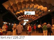 Купить «Ночной перрон Московского вокзала Санкт-Петербурга», фото № 226217, снято 21 августа 2007 г. (c) Евгений Батраков / Фотобанк Лори