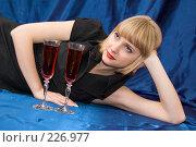 Купить «Блондинка с бокалом вина на синем фоне», фото № 226977, снято 25 февраля 2008 г. (c) Арестов Андрей Павлович / Фотобанк Лори
